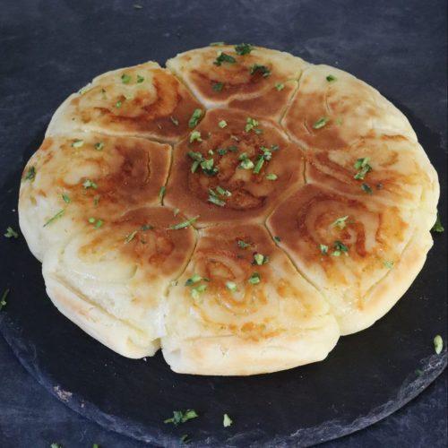 Pan de ajo con queso y perejil picado por arriba